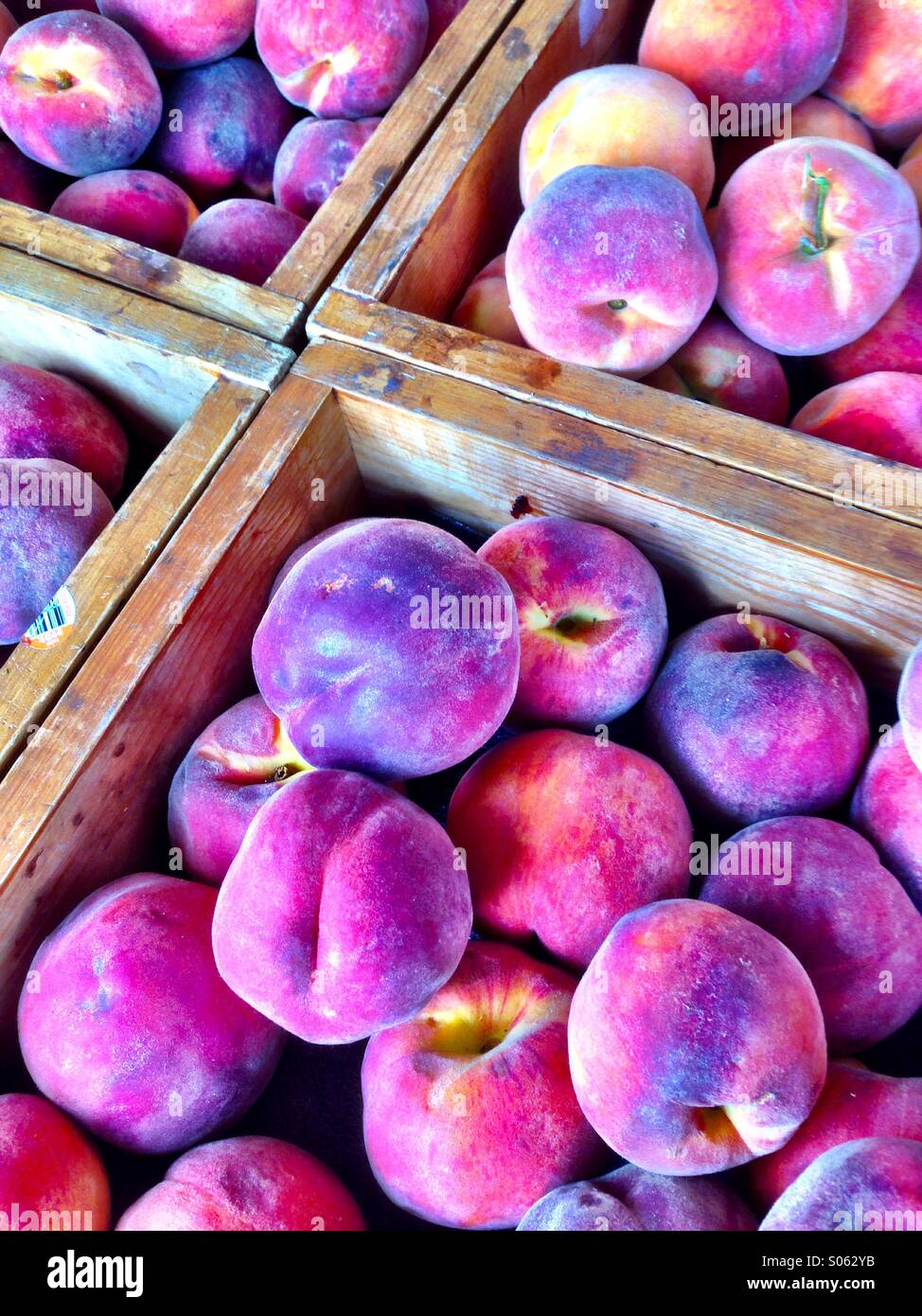 Peaches in wooden crates - Stock Image
