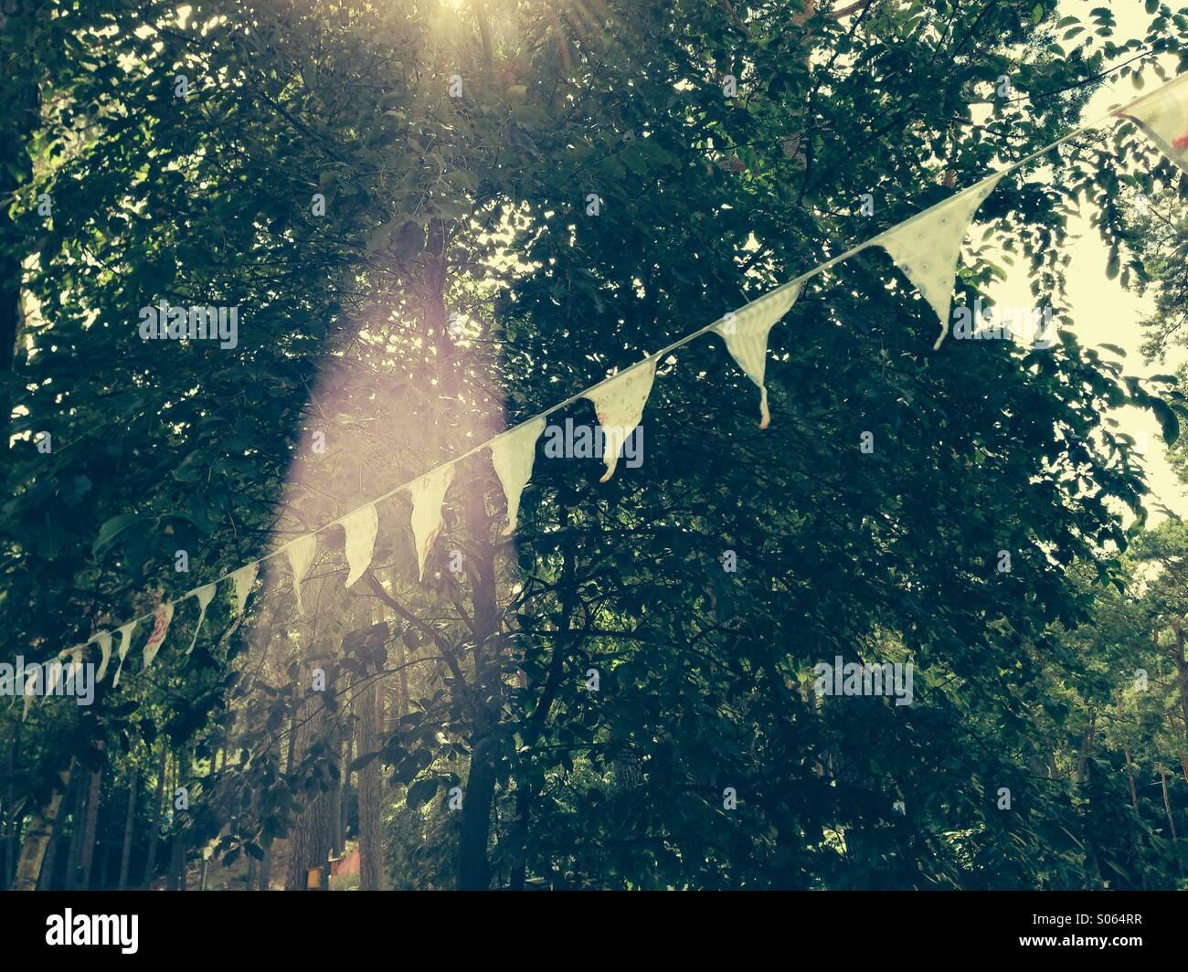 Wimpelgirlande im Sonnenstrahl - Stock Image
