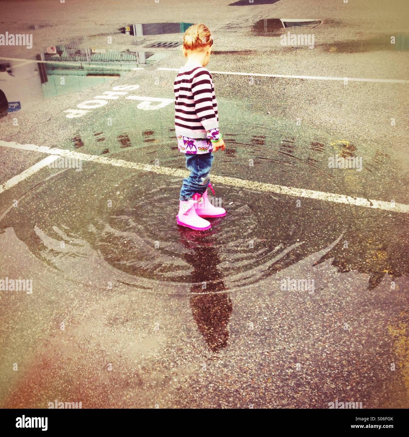 Kind und Pfütze - Stock Image