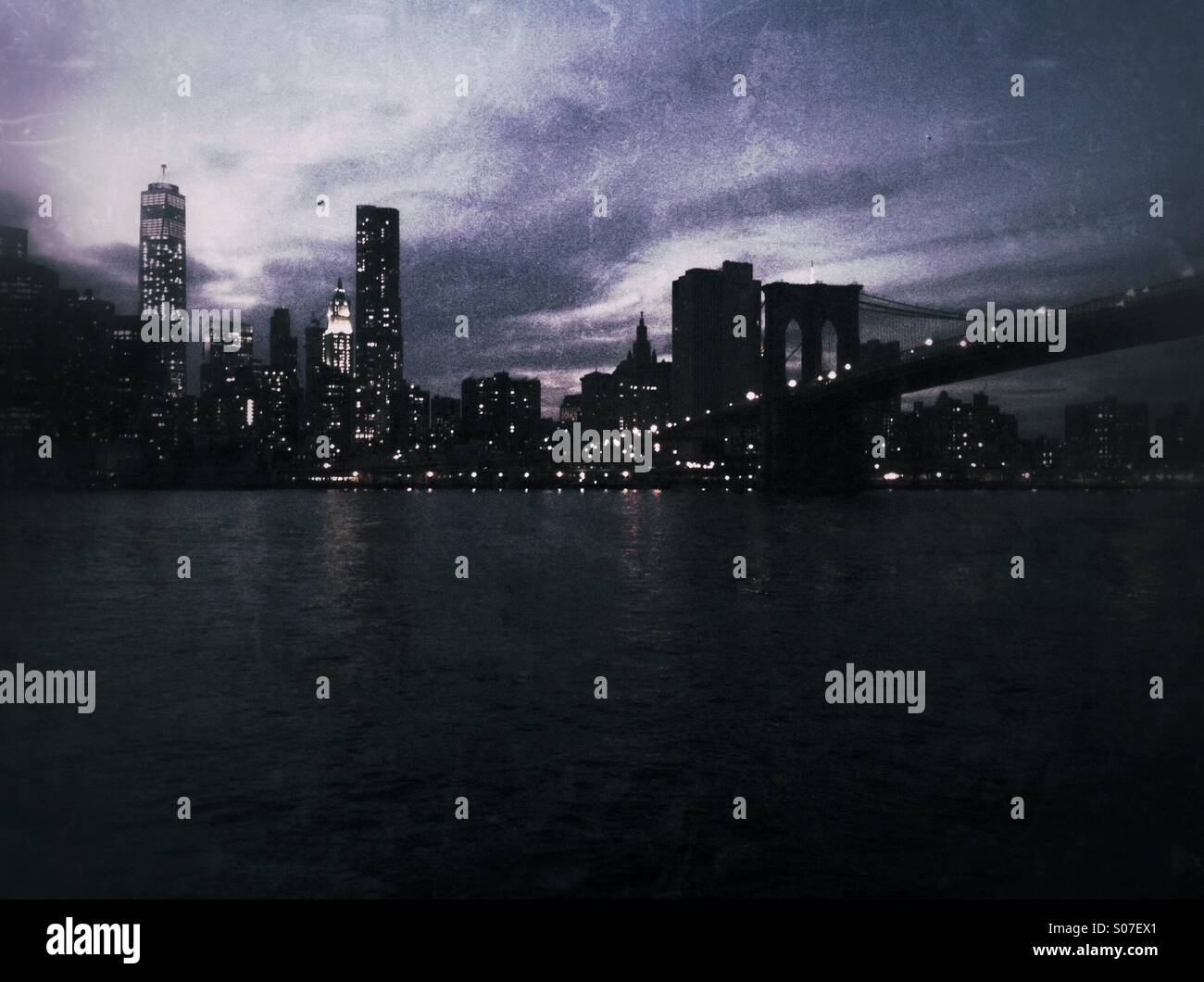 Night shot of New York City skyline including Brooklyn Bridge. Grunge style - Stock Image
