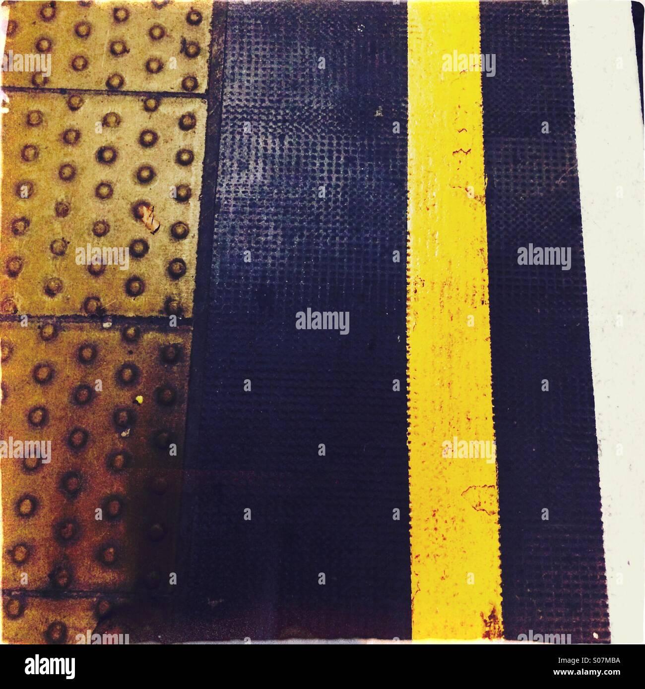 Platform edge line markings - Stock Image