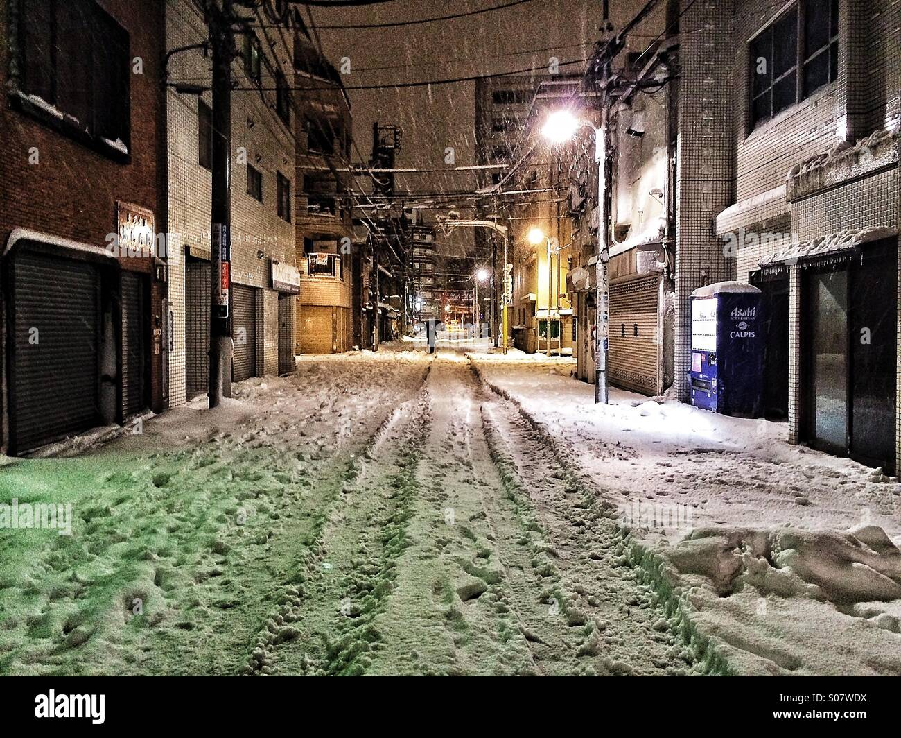 Tokyo alley in the snow - Stock Image