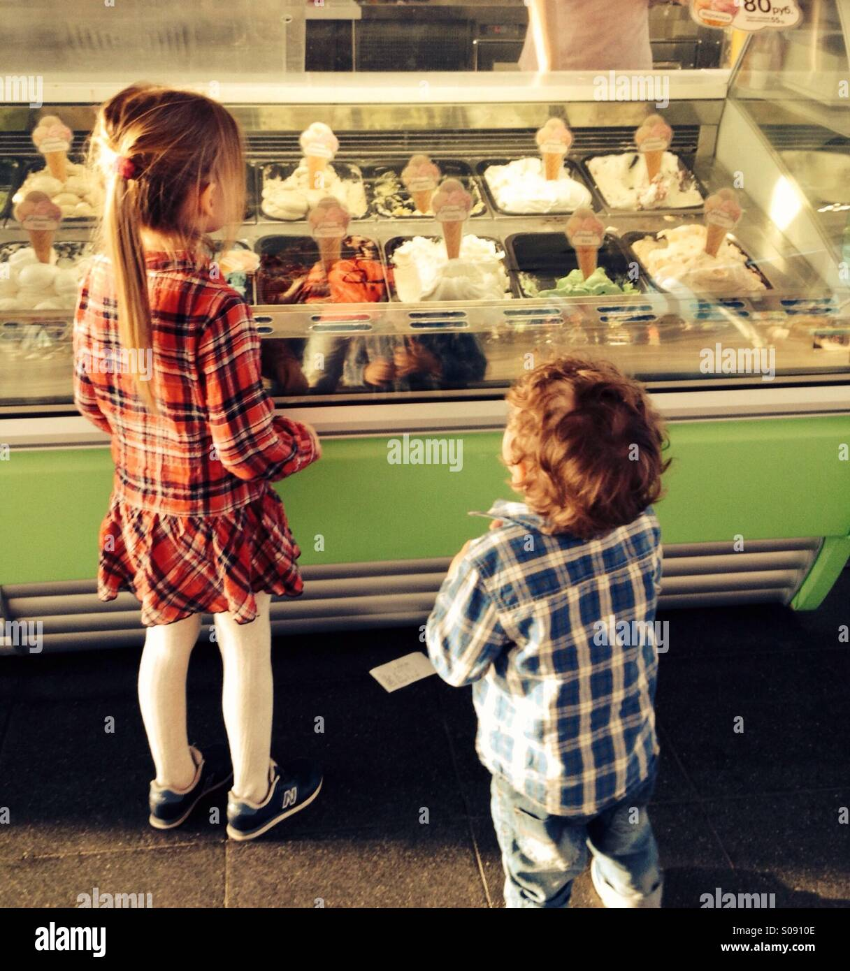 Kids choosing ice cream - Stock Image