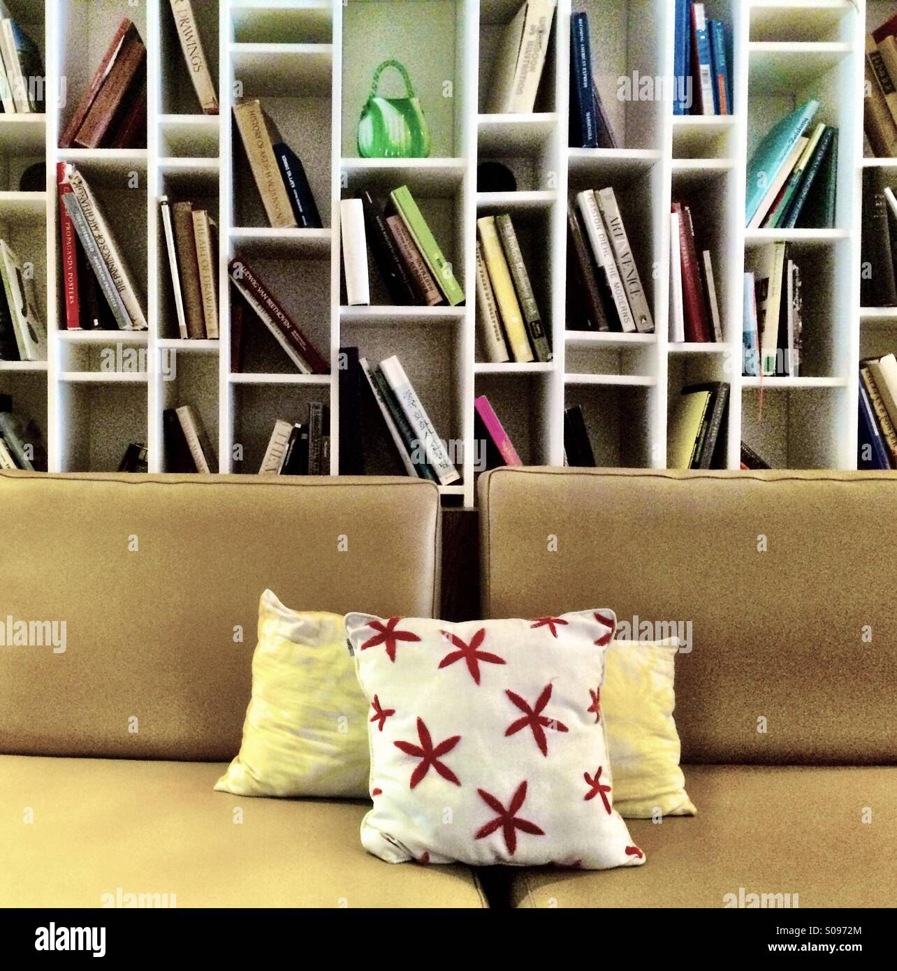 Bookshelf and sofa in boutique hotel, Postcard Inn, Florida - Stock Image