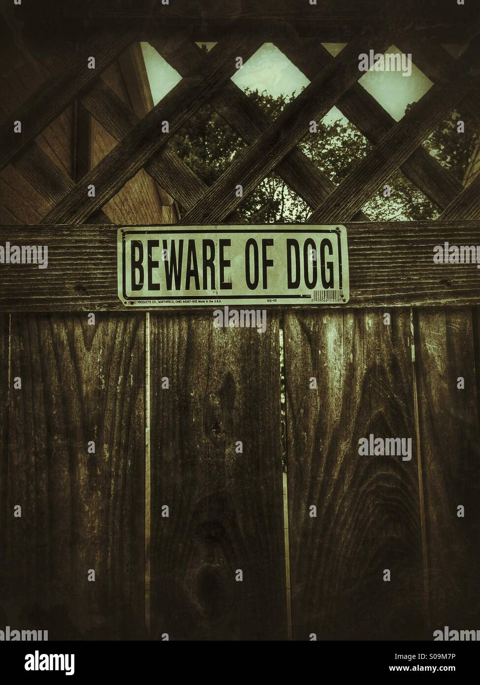 Beware of dog sign on gate. - Stock Image