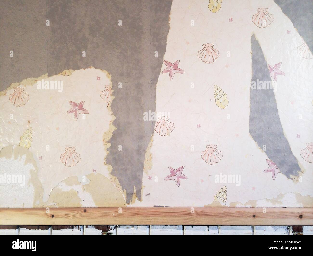 Stripping Wallpaper While Re Decorating And Finding An Old Design Beneath