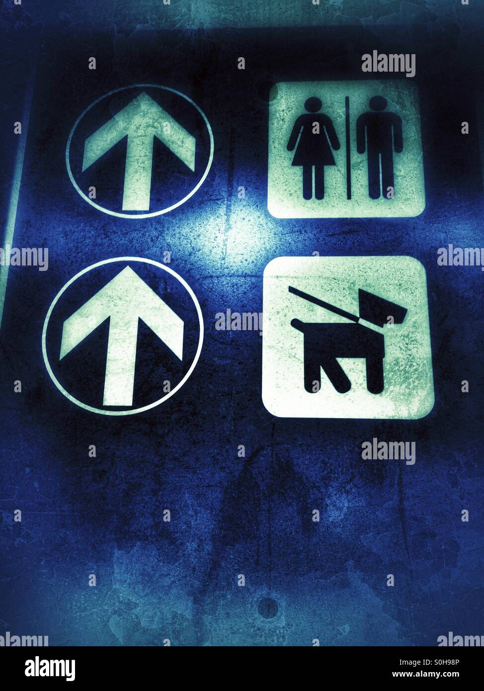 Restrooms directions at elevator - Stock Image