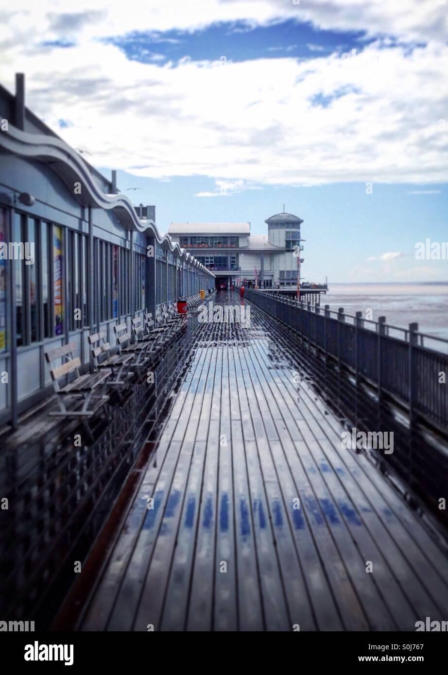 Wet seaside pier view - Stock Image