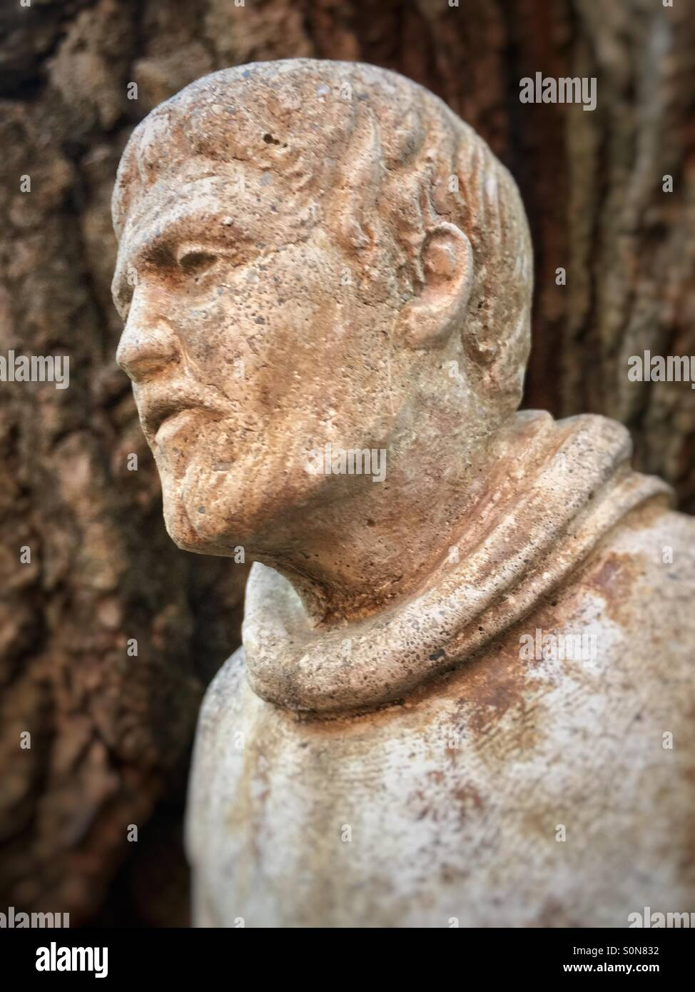 Statue of a man looking to the left - Stock Image
