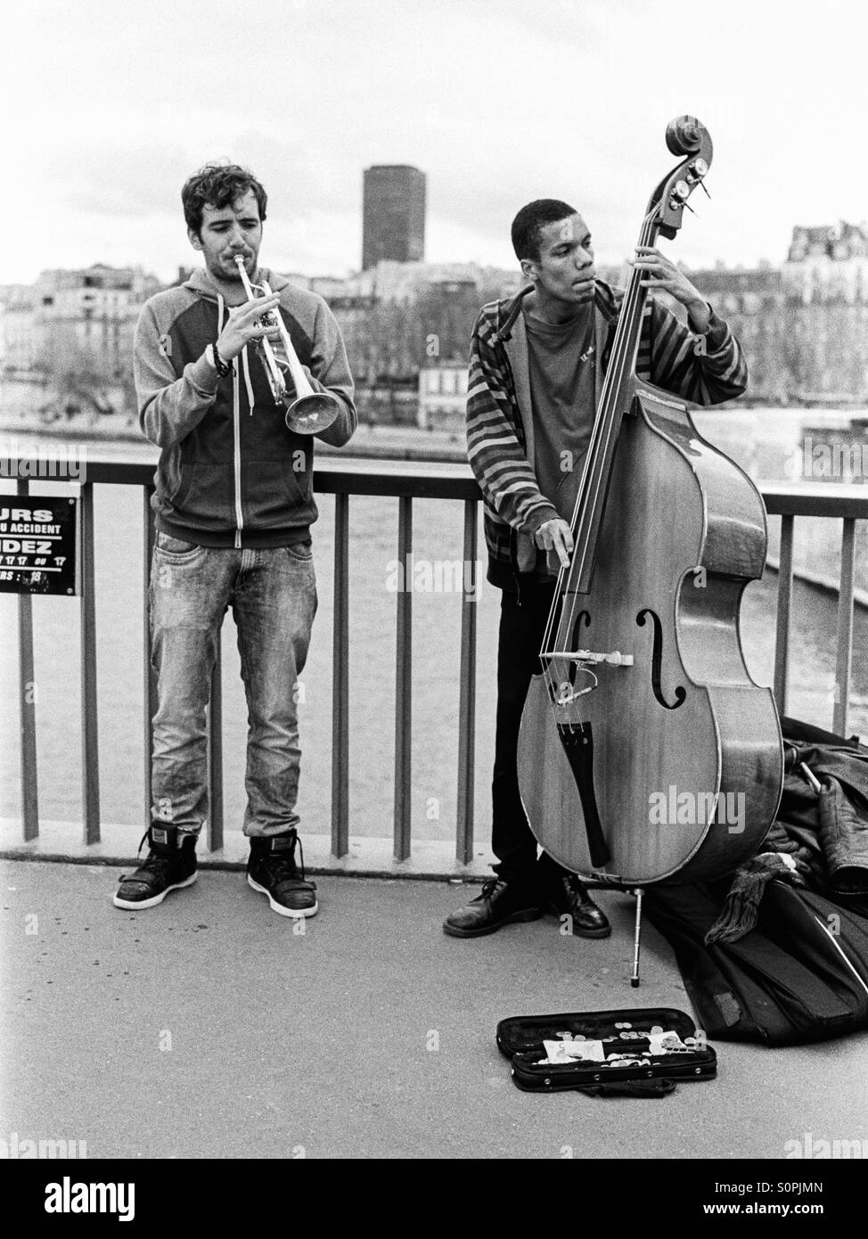 Two buskers on the Pont Saint-Louis in Paris, France - Stock Image