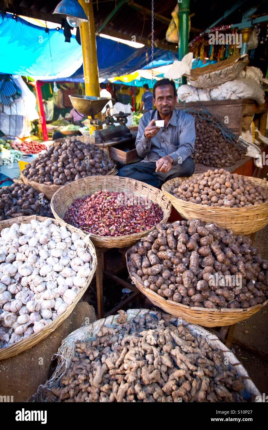 Man drinking masala tea at Indian market - Stock Image