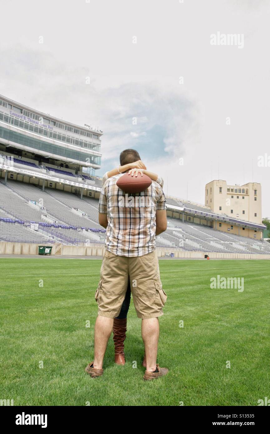 Football field couple kissing - Stock Image