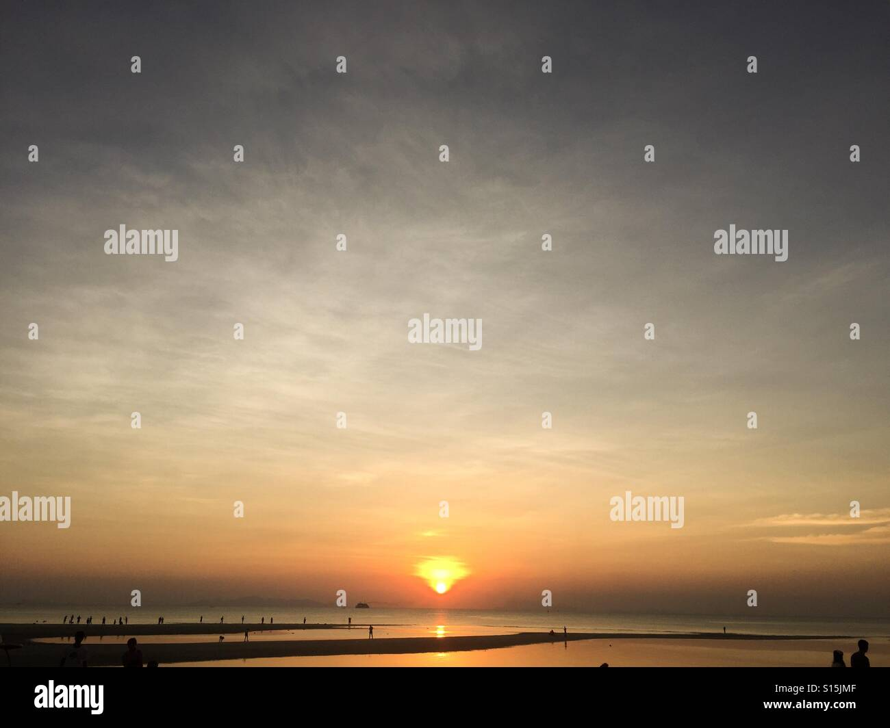 Beautiful sunset above sea skyline - Stock Image