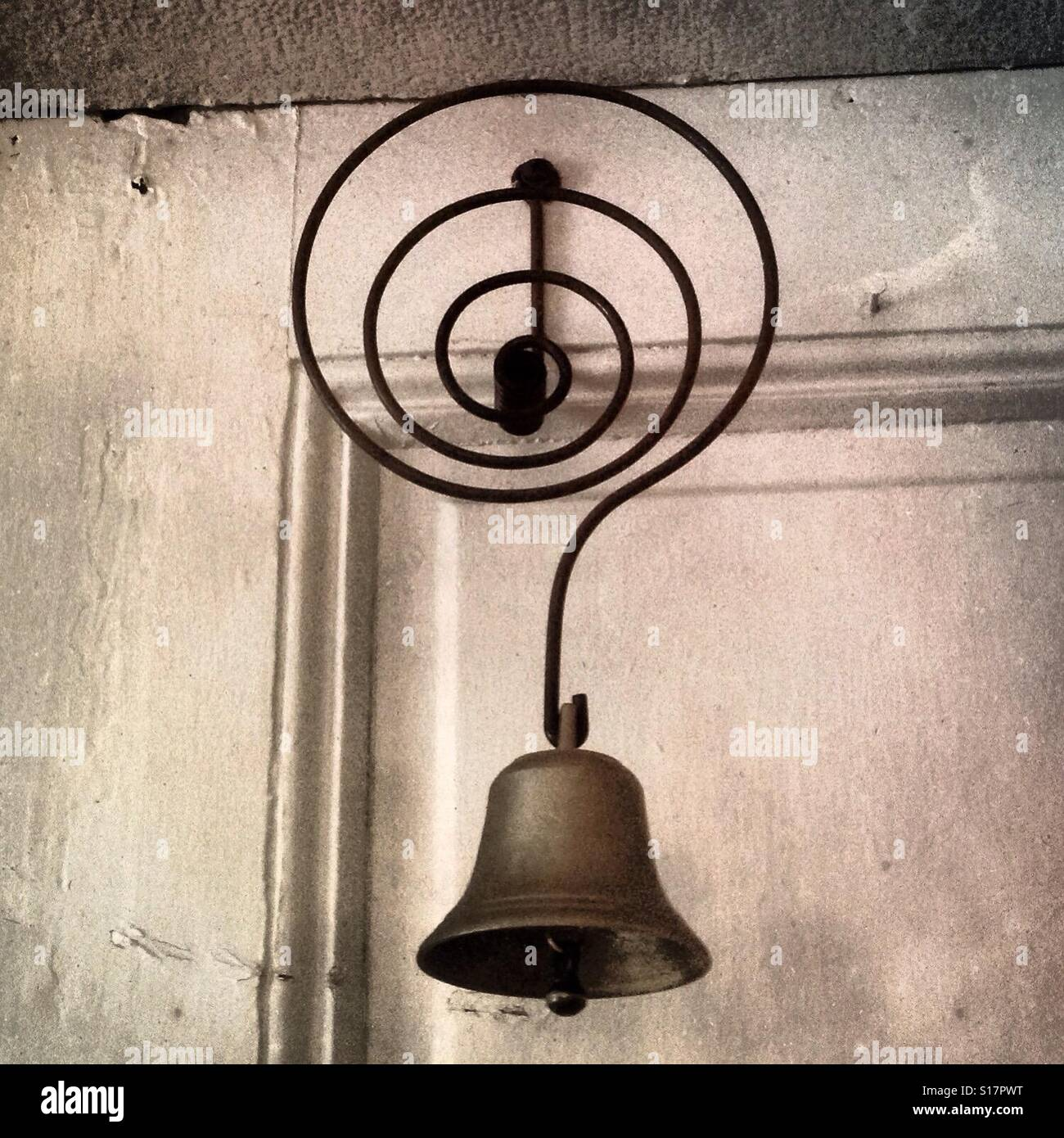 Antique brass bell on the back of the door and early doorbell - Stock Image - Antique Brass Bell Stock Photos & Antique Brass Bell Stock Images