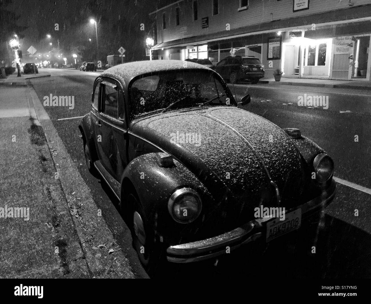 Vintage WV beetle on the street in Issaquah, WA, under the snow - Stock Image