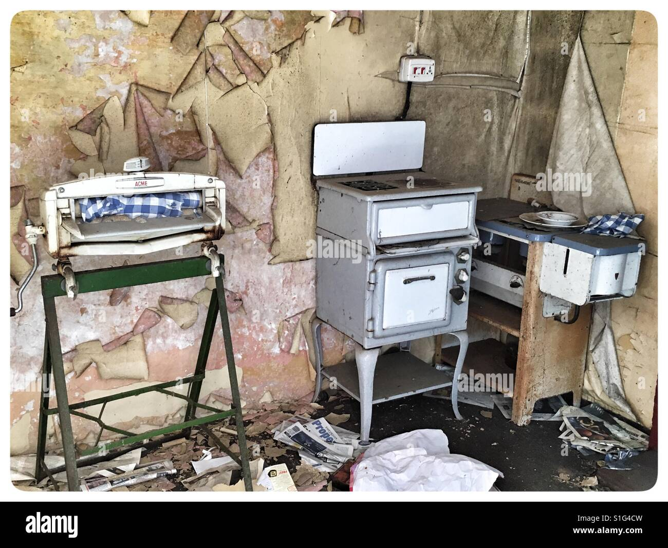 Exceptionnel 1950u0027s Kitchen Appliances In An Abandoned Farm Cottage.   Stock Image