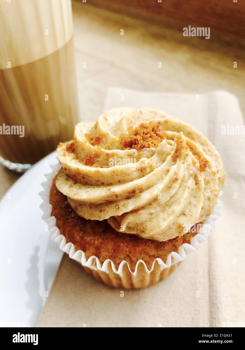 Toffee cup cake and coffee - Stock Image