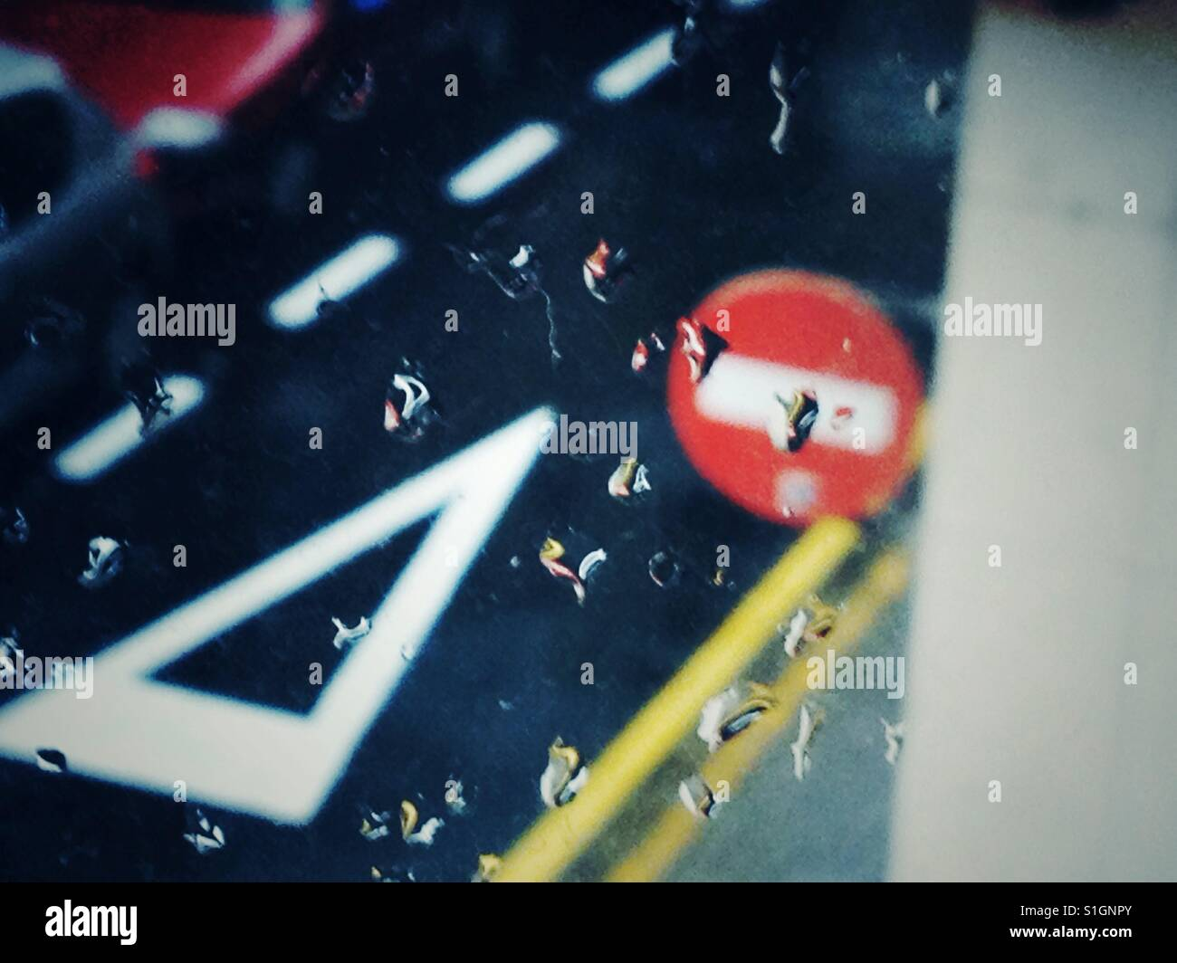 Días de lluvia, ventanas, señales de tránsito,tiempo,Agua,Nublado,Color,llueve,Gotas,prohibido, Ceda,Ceda el paso, Stock Photo
