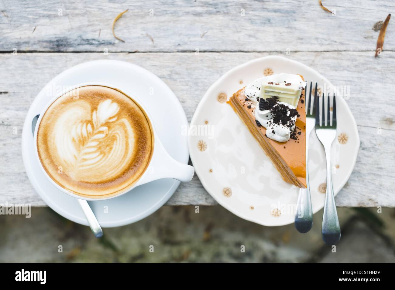 Hot latte and Thai tea cake - Stock Image
