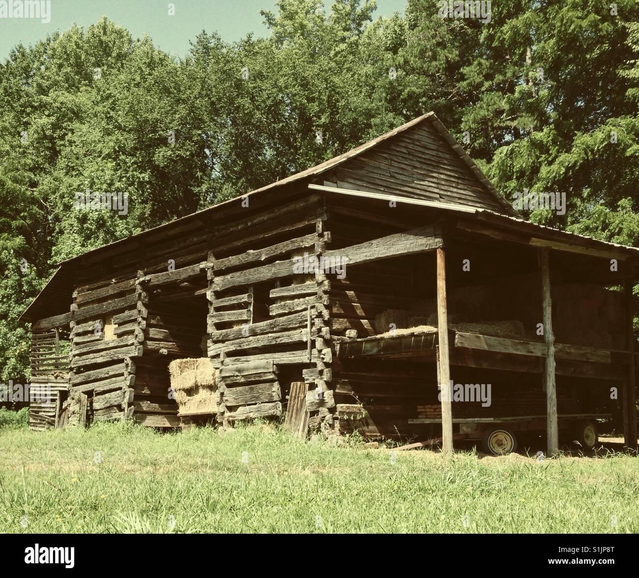 Old timber frame barn- NC - Stock Image