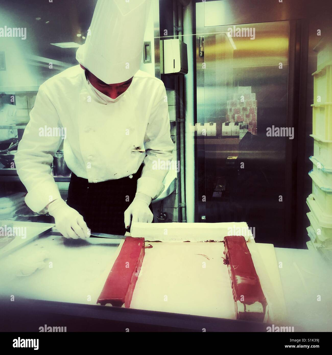 Pastry chef in one of the Kyoto's department stores working on glazing cake - Stock Image