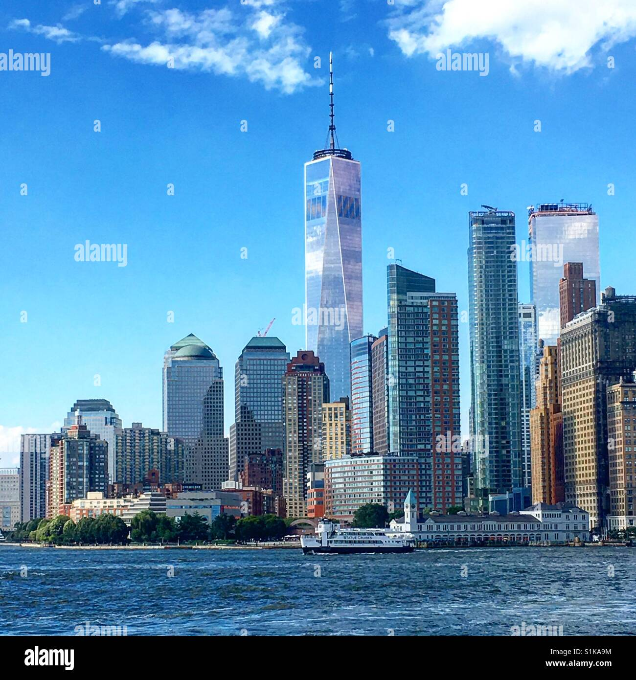 New York skyline including One World Trade Center and ferry - Stock Image