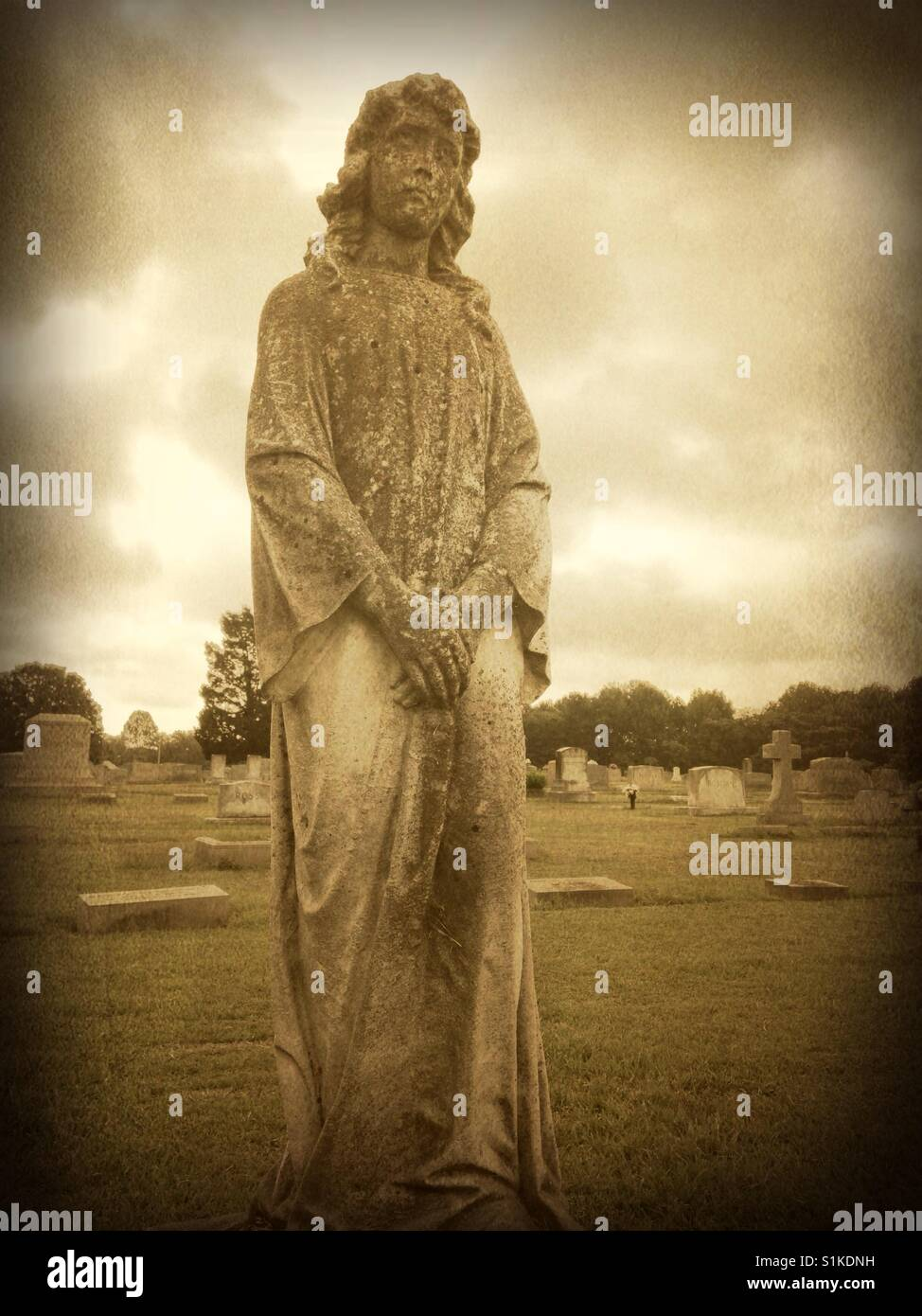Grieving woman statue in North Carolina cemetery - Stock Image