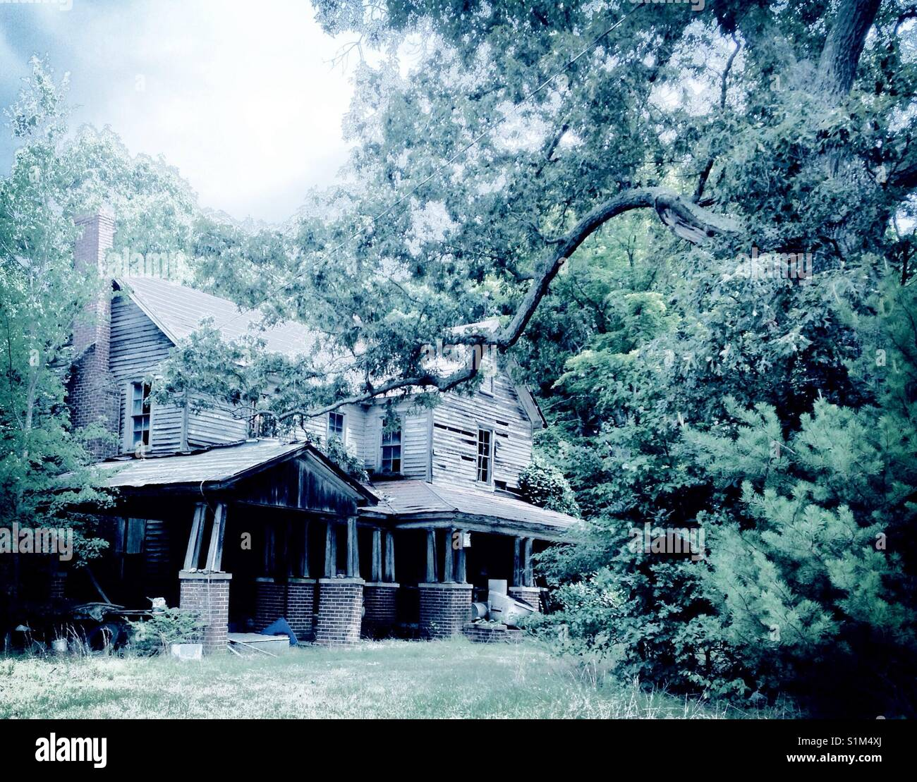 Abandon- old decrepit farmhouse - Stock Image