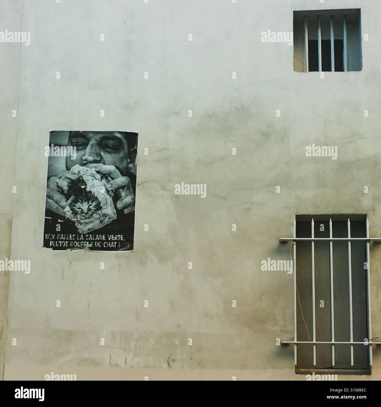 Avignon, Südfrankreich, Häuserwand mit vergitterten Fenstern und Plakat mit Werbung Stock Photo