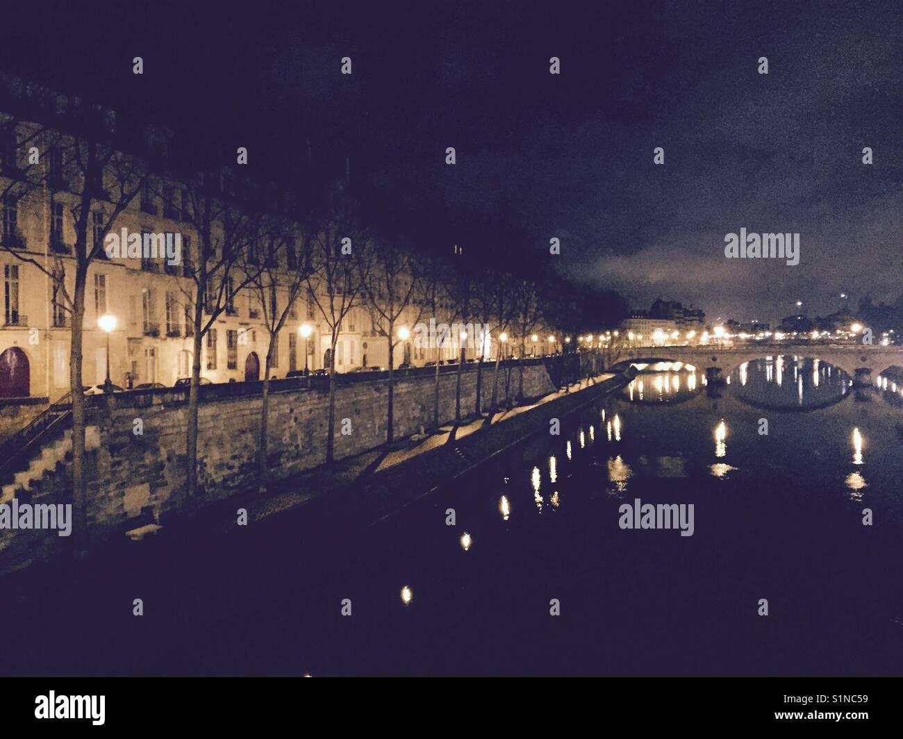 Paris at night. Walk across the river to the île de Saint Louis. - Stock Image