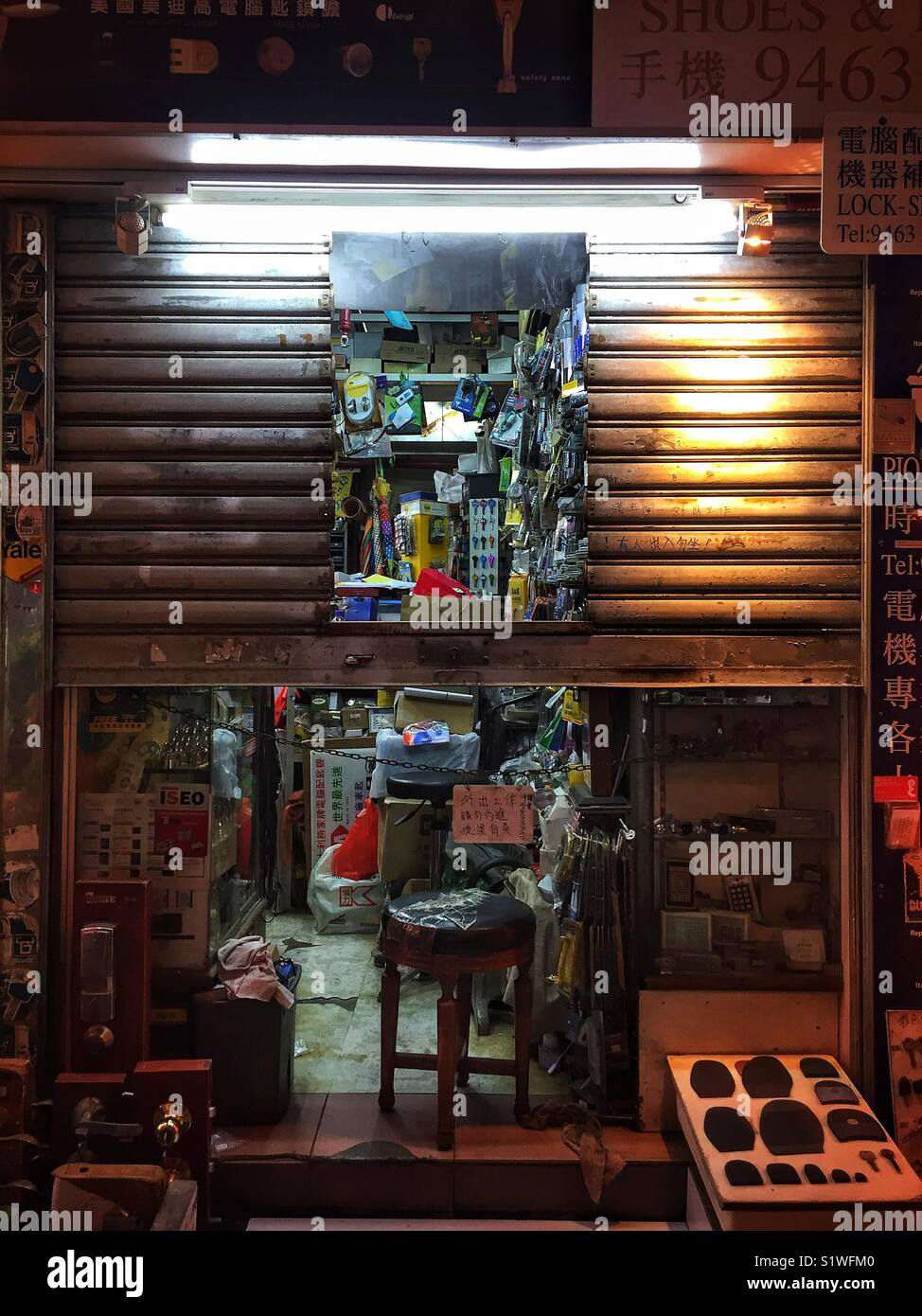 Locksmith and shoe repair shop, with sign indicating proprietor has gone for dinner, Causeway Bay, Hong Kong - Stock Image