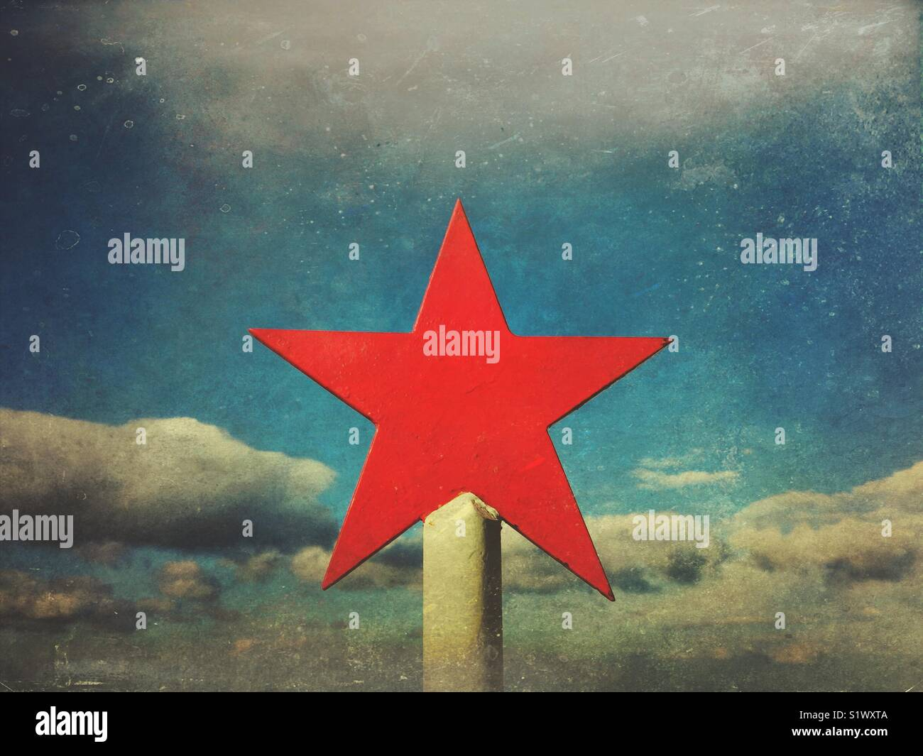 Five-pointed red star against cloudy sky - Stock Image