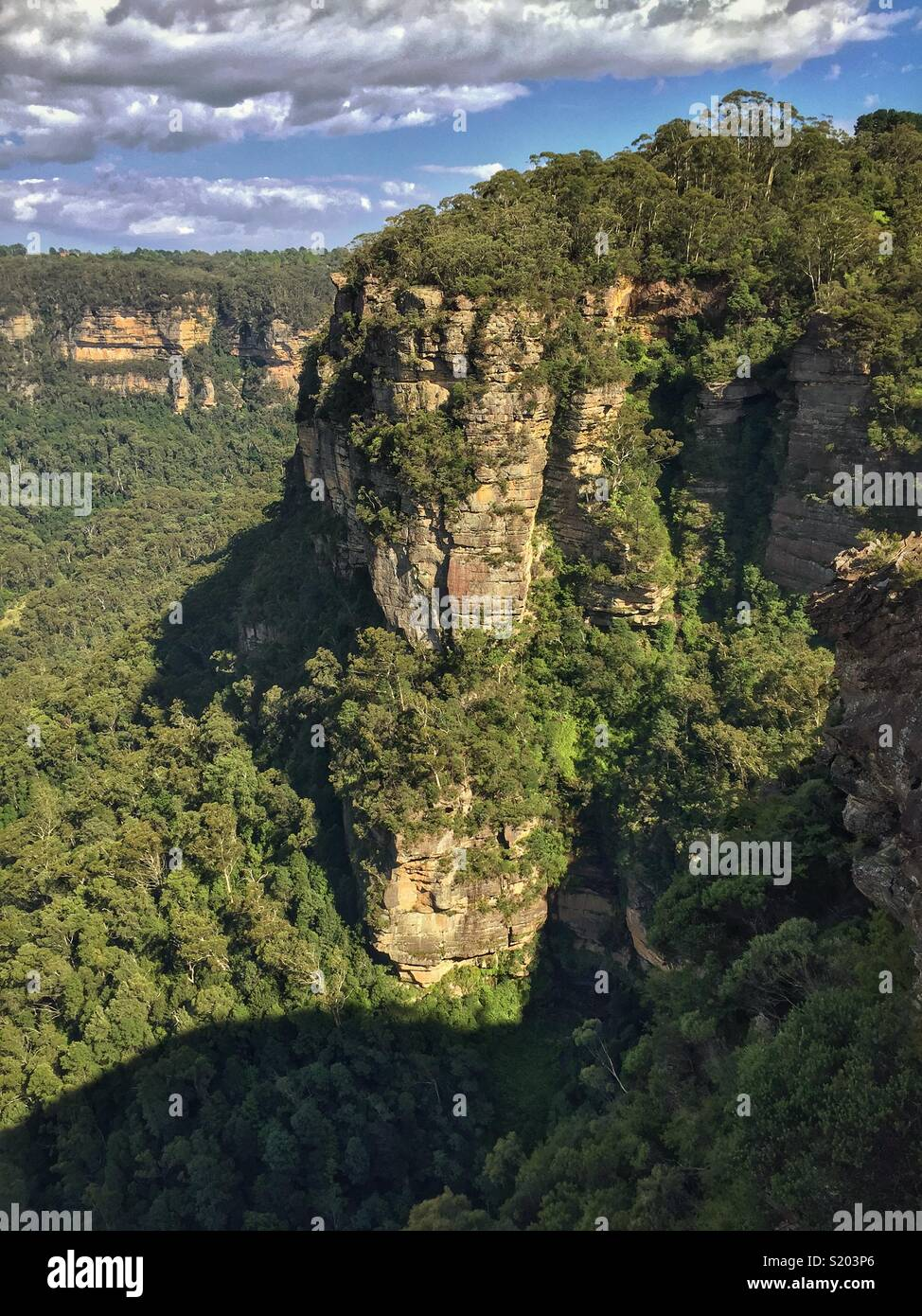 The sandstone cliffs of Leura and the Jamison Valley from Golf Links Lookout, Blue Mountains National Park, NSW, Australia - Stock Image