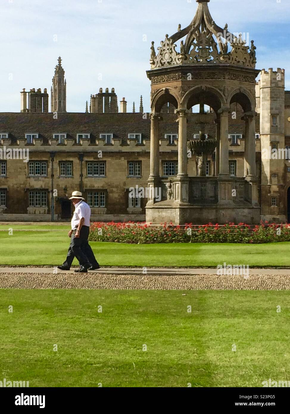 Summer in Trinity College Cambridge Great Court, beside the fountain - Stock Image