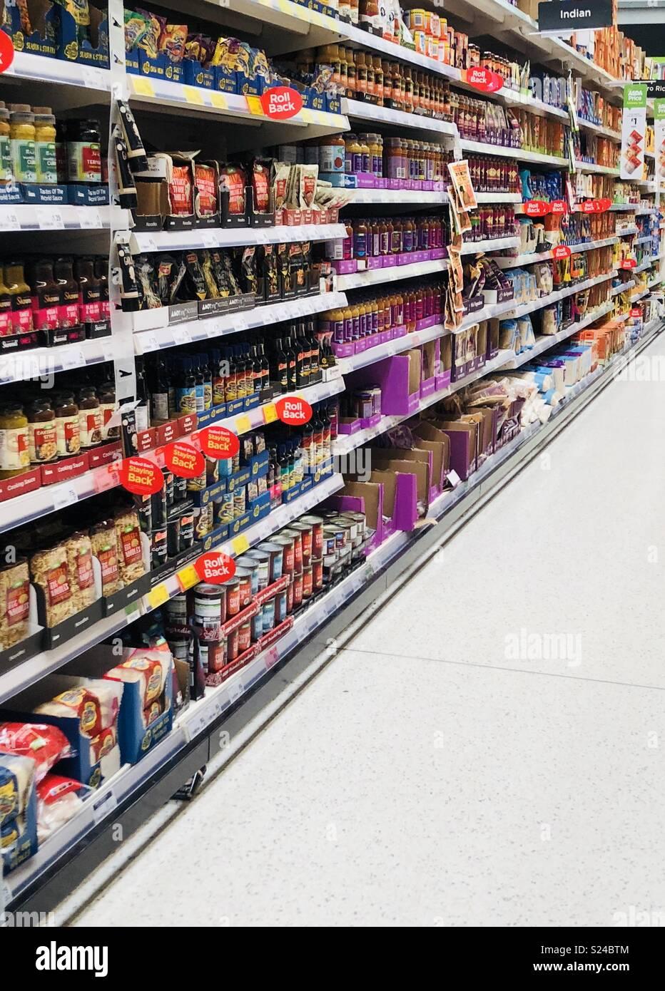 Supermarket shopping aisle - Stock Image
