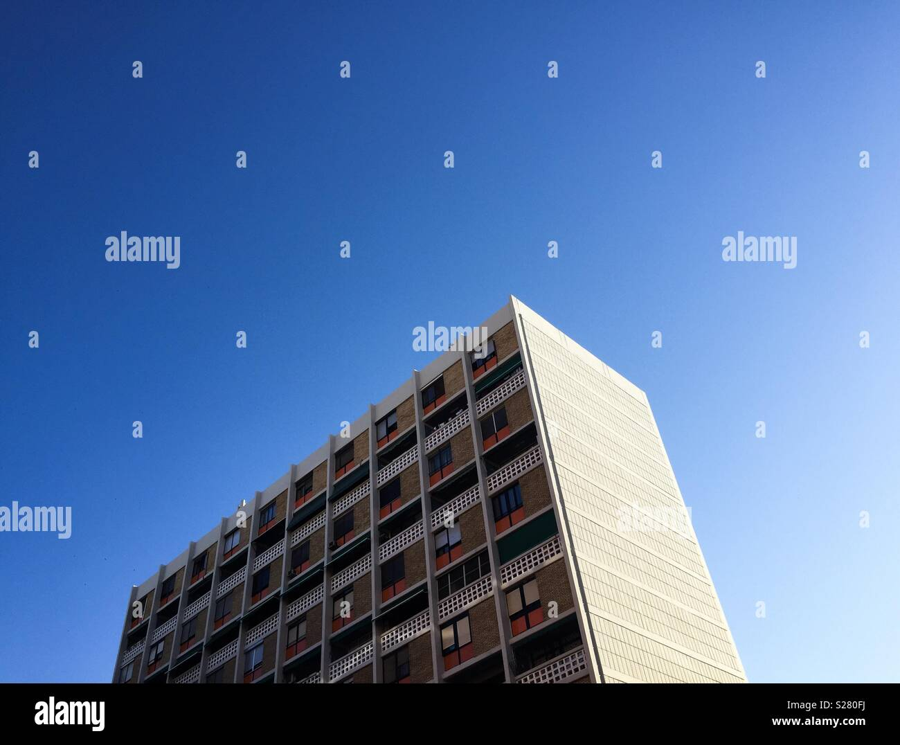 High building and blue sky - Stock Image