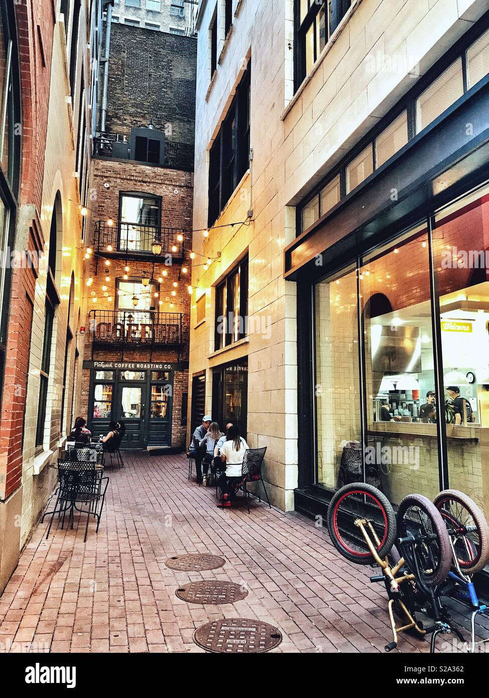 Coffee Shop with Outside Seating Between Two Buildings in Downtown Chicago - Stock Image