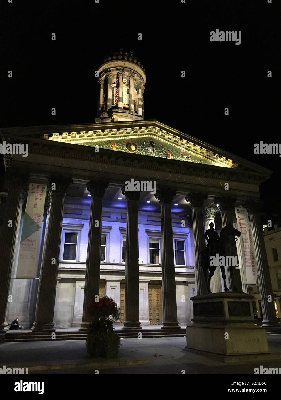 GOMA Glasgow at night, Duke of Wellington with no cone on his head - Stock Image