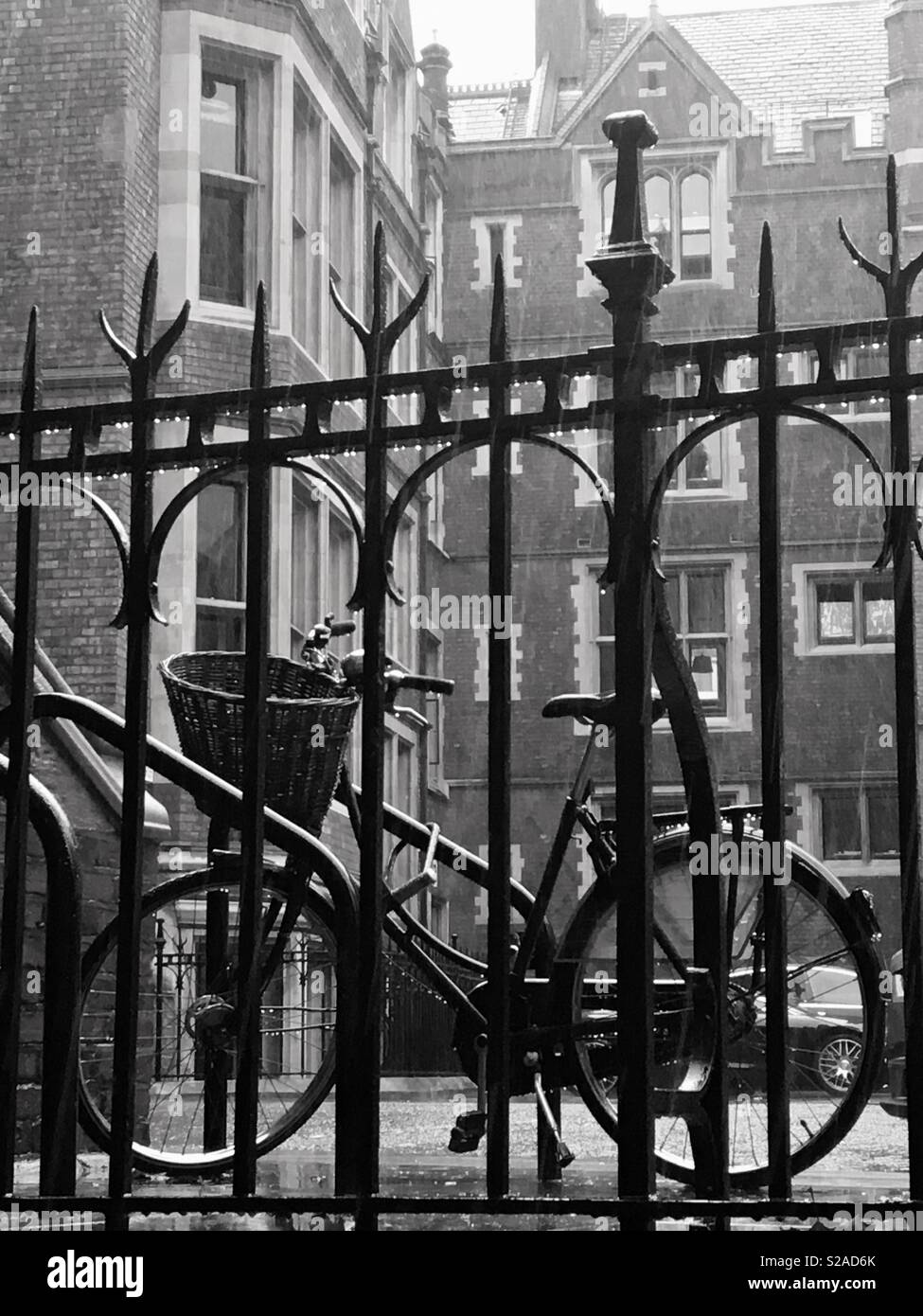 Lincoln's Inn, London, England – old fashioned bicycle, behind a railing, in the rain - Stock Image