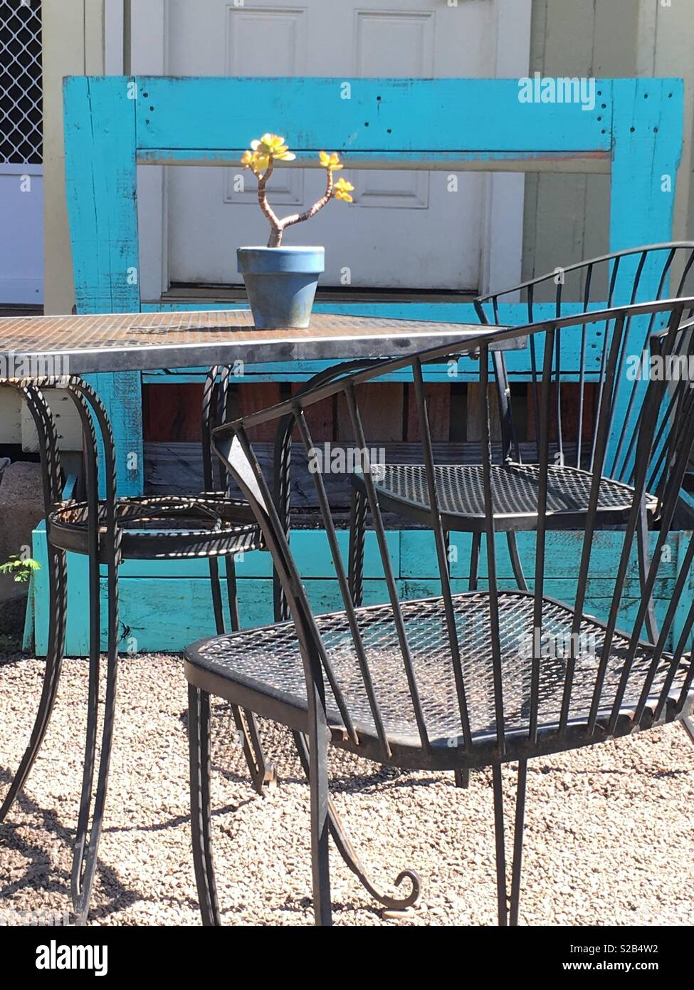 Merveilleux Old Iron Cafe Table And Chairs Outside With Plant On Top ...