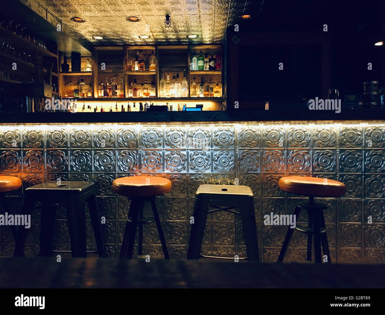 Beautiful lighting in the Basecamp Books and Bites Bar in Roslyn WA - Stock Image