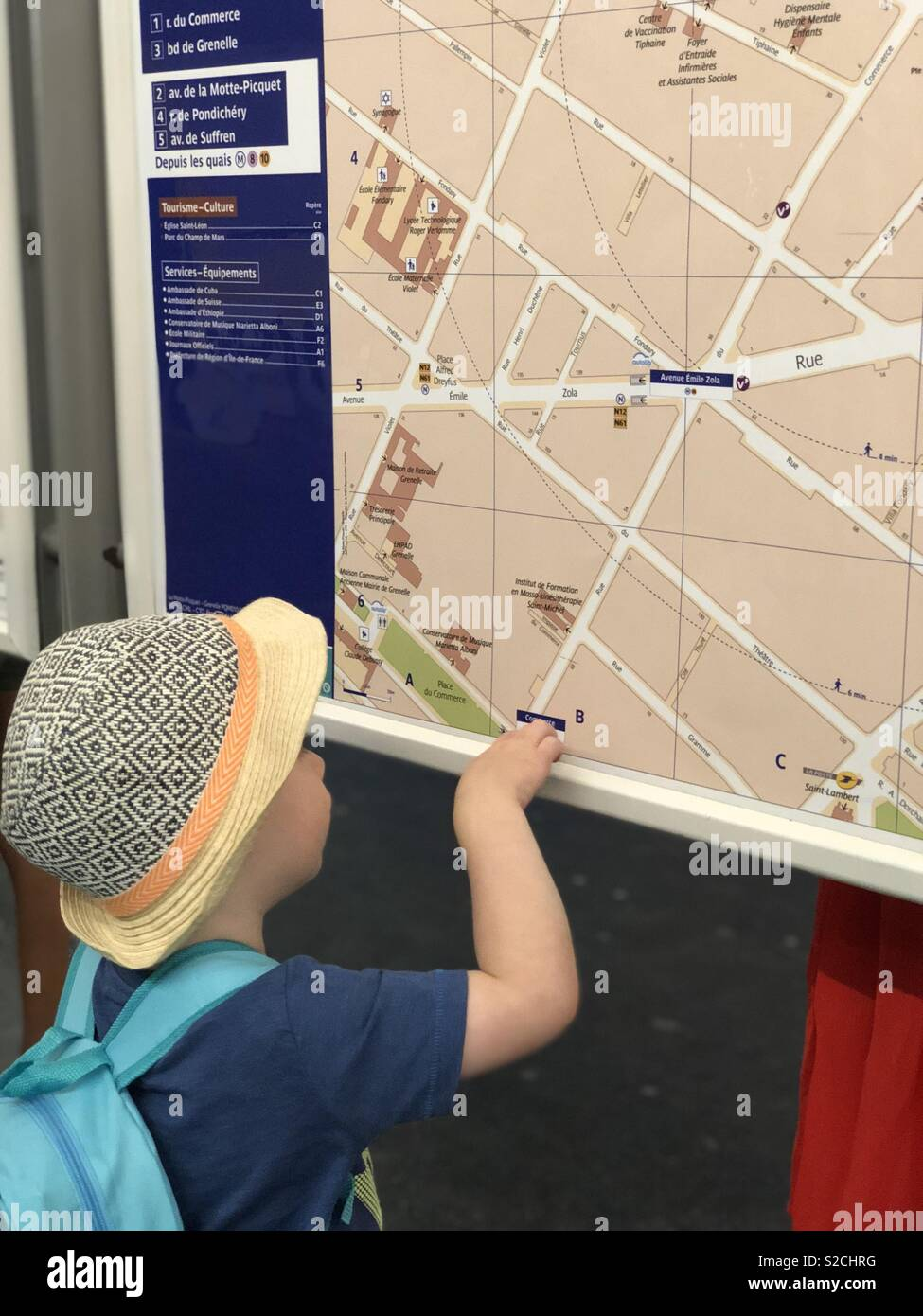 Toddler map reading in Paris metro - Stock Image