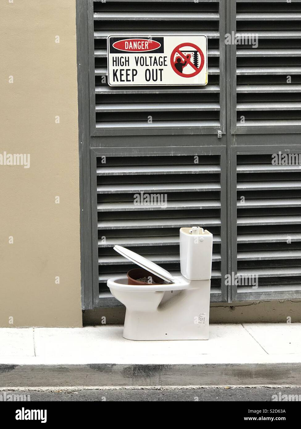 A discarded toilet left in the street in Ultimo, Sydney, NSW, Australia - Stock Image