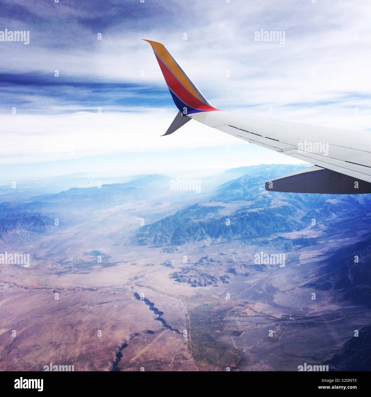 Southwest Air wing seen while flying over desert landscape in the Western United States - Stock Image