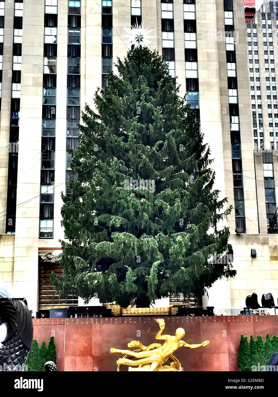 The giant Christmas tree at Rockefeller Center awaits its traditional lighting ceremony, 5th Ave., New York City, United States - Stock Image