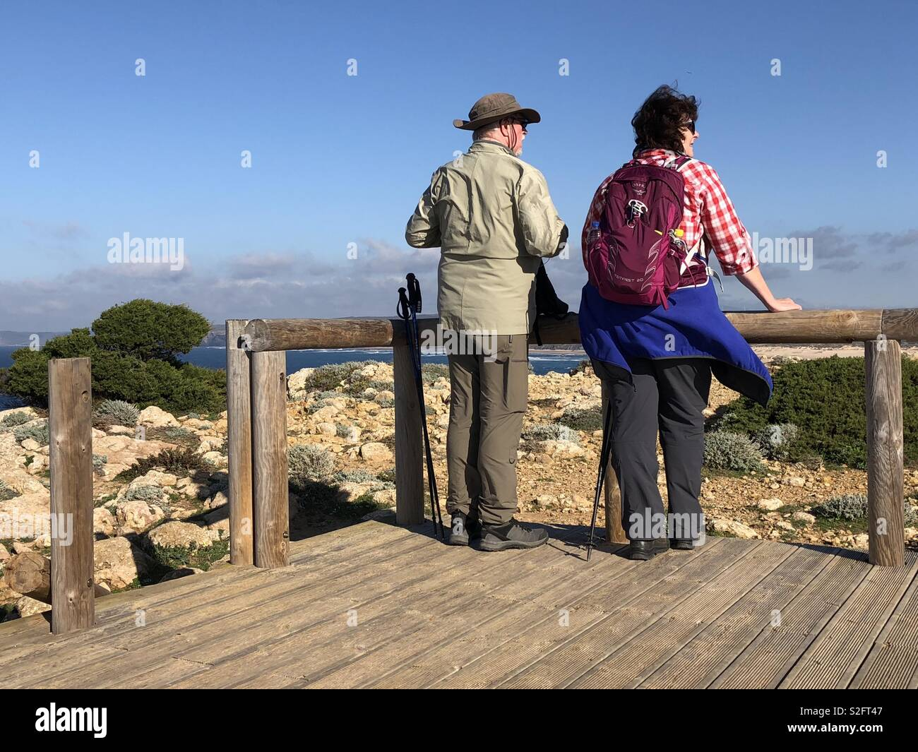 Two walkers at a look out point on the Pontal da Carrapareira trail on the Vincent's coast of Portugal - Stock Image