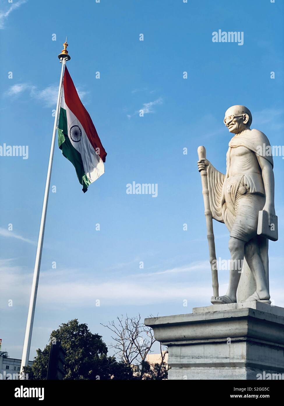Statue of Mahatma Gandhi, the Father of indian nation and Indian National Flag - Stock Image