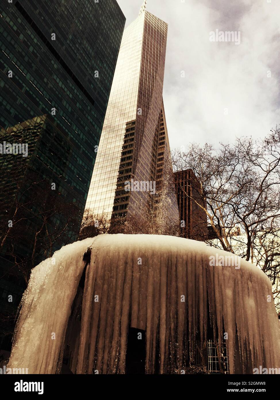 Icicles hanging from the Josephine Shaub Lowell memorial fountain after a cold snap in Bryant Park, NYC, USA - Stock Image
