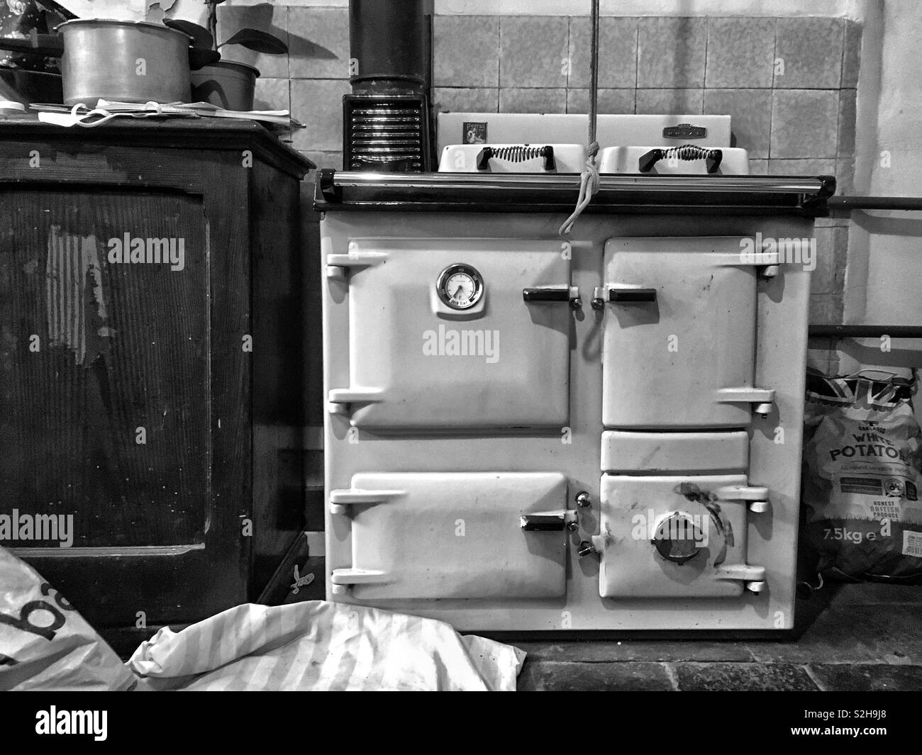 Range cooker in a farmhouse kitchen - Stock Image