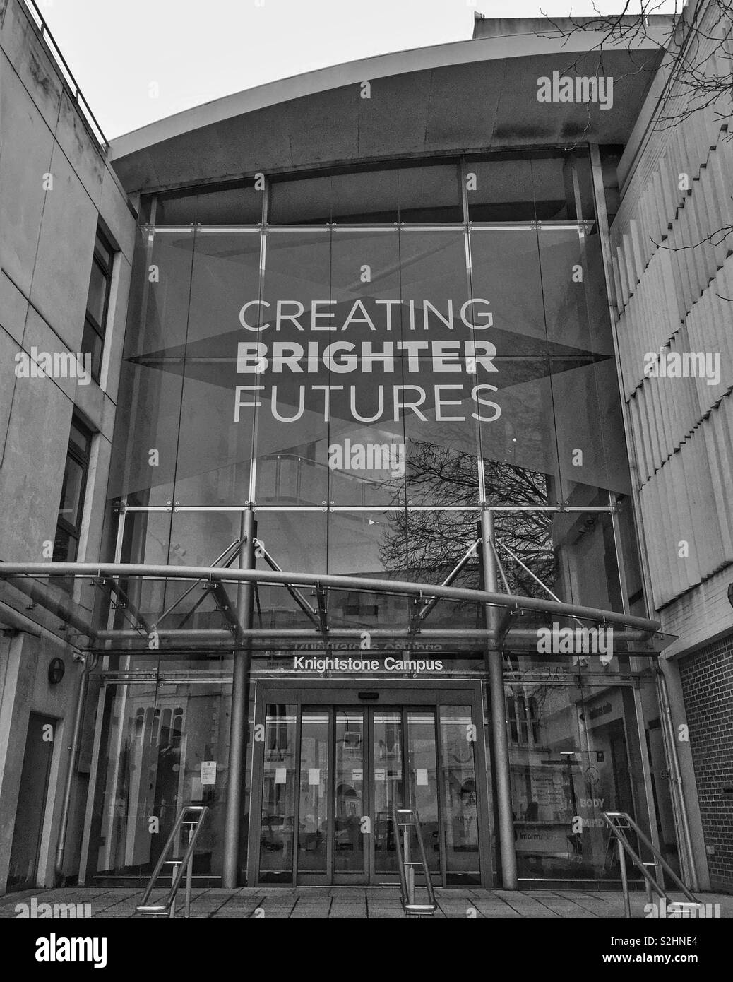 """The entrance to the Knightstone Campus of Weston College in Weston-super-Mare, UK with a banner bearing the slogan """"CREATING BRIGHTER FUTURES"""" Stock Photo"""
